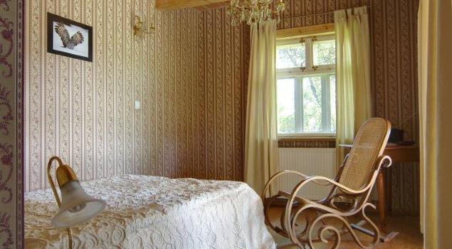 Meble do sypialni w dawnym stylu. Aranżacja wnętrz retro