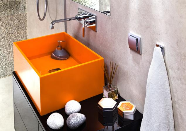 Jak urządzić małą łazienkę? Kolorowa umywalka w roli głównej