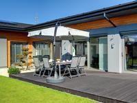Parasol ogrodowy i meble tarasowe letnim przedłużeniem salonu