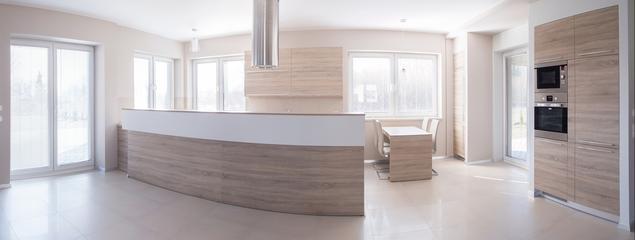 Jasna kuchnia otwarta na salon: aranżacja kuchni w odcieniach beżu i bieli